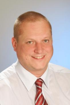 Herr Dipl.-Ing. Bernhard Czar (geboren 1970 in Linz Oberösterreich) ist seit 2013 bei der EFKON AG beschäftigt und leitet dort den weltweiten Vertrieb und das  Marketing. Zuvor arbeitete er mehr als 15 Jahren in der Halbleiter-Industrie in verschiedenen Managementfunktion im Bereich Sales/Marketing in Deutschland und Österreich bei ON-Semiconductor, austriamicrosystems und Philips Semiconductors (heute NXP). Sein Berufseinstieg, nach Absolvierung des Studiums Telematik an der technischen Universität Graz, war bei der Firma Mikron, wo er in der Chip-Entwicklung und als Projektleiter tätig war. Die EFKON AG ist einer der weltweit führenden Anbieter von Mautsystemen und Verkehrstelematiklösungen. EFKON hat ein umfassendes Know-how in allen elektronischen Mauttechnologien und bietet maßgeschneiderte Komplettlösungen.