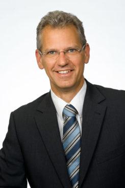 DI Martin Oster ist bei Thales in Österreich für den Vertrieb Inland verantwortlich. Um den Herausforderungen der Globalisierung, der Deregulierung der europäischen Märkte und der steigenden Mobilität gerecht zu werden, bietet Thales eine Reihe innovativer Lösungen. Sicherer, verlässlicher und wirtschaftlicher Personen- und Frachtverkehr über das Schienennetz sollen dadurch gewährleistet werden. Mit seiner weitreichenden internationalen Erfahrung in allen Bereichen der Transport Automation ist Thales ein weltweit führender Lieferant von Eisenbahnsicherungstechnik, wie Zugleitsysteme, Zugsicherungstechnik und Betriebsführungssysteme sowie integrierter Kommunikationstechnologie für Bahnen.